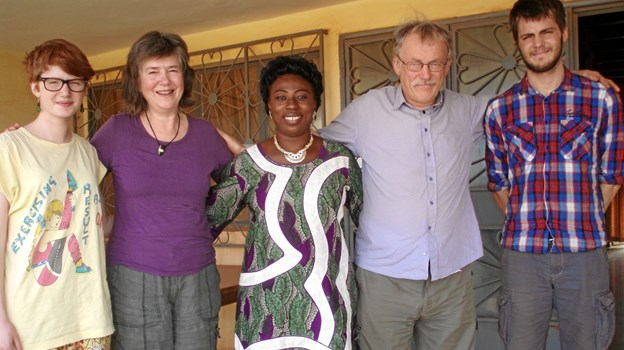 """På besøg i Burkina Faso i 2011 sammen med sin familie. Helst havde Jørgen Olsen gerne villet vise sin familie Amataltal provinsen i Niger, hvor Genvej til Udvikling i nogle år havde hjulpet med at opbygge kvægbestande og renovere brønde. Men inden da slog en ukendt Al-Queda terrorcelle flere franskmænd ihjel i Niger, og så blev rejsemålet på anbefaling af de lokale ændret. Som Jørgen Olsen filosoferede i sin blog: """"Fire danskere - Al-Queda ville elske det. Tænk at sidde mellem blæsten, sandet og stjerne og fortælle en Al-Queda mand, at det altså ikke lige var os, der tegnede profeten"""". Privatfoto"""