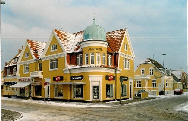 Ankerhus i vinterdragt og med den herlige hjørnekuppel. Udvidelsen hen langs Østre Strandvej er endnu ikke gennemført, og slagter Tage Larsen har på dette tidspunkt stadig sin fine forretning i bygningskomplekset.