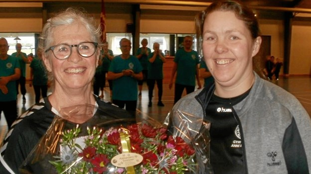 Susanne Hansen (tv) blev hædret for sine 25 år med gymnastik i Hadsund af formand Anne Mette Schwab. Foto: privat.