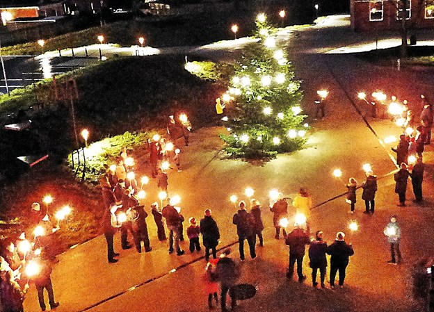 Lyset i juletræet på bytorvet er blevet tændt, og man synger en julesalme inden man samles i spejderhuset, der er nabo til torvet. Foto: Ejlif Rasmussen