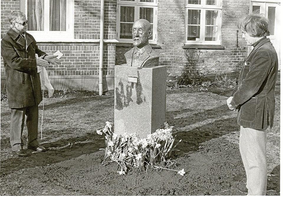 En af byens helt store mæcener, hotelejer Degn Brøndum, fik sin buste afsløret i 1987. Han ser selv lidt fraværende ud, medens sejlmagermester Joe Jørgensen holder tale og Svend Danelund lytter.  Foto: Lokalhistorisk Arkiv Skagen