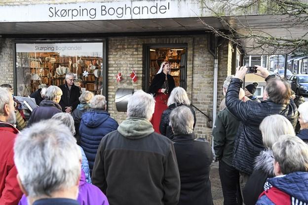 Mange var med for at se bøgerne få et nyt centralt hjemsted midt i Skørping.