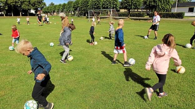 Ni af de børn, der skal begynde i 0. klasse efter sommerferien, deltog en enkelt dag i fodboldskolen. Foto: Jørgen Ingvardsen Jørgen Ingvardsen