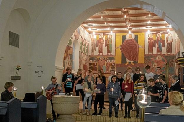 Årets konfirmander medvirkede ved gudstjenesten, hvor de læste tekster fra biblen, og fortalte hvad de forbinder med lys og mørke. Foto: Niels Helver Niels Helver