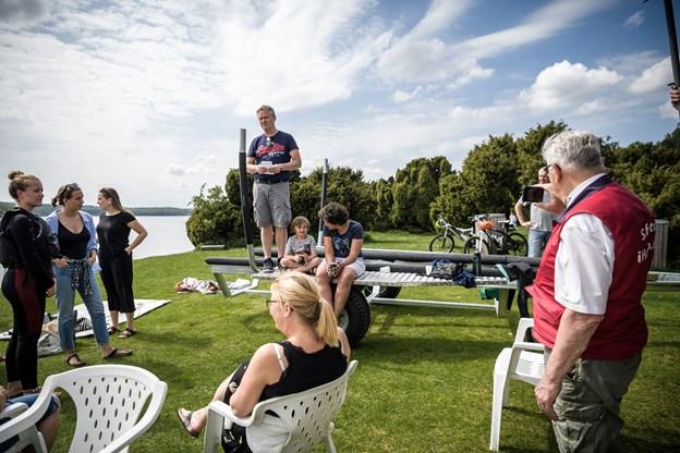 """Morten Holst Bøgh byder velkommen til en ny sæson i Bramslev Vandskiklub og omtaler forholdene på fjorden som """"fantastisk vandskivand"""". Foto: Nicolas Cho Meier"""
