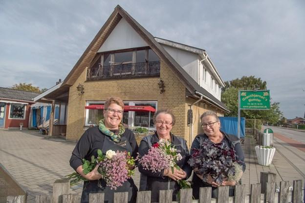 Fra venstre ses Kirsten Christensen, Ellen Johansen og Eva Klitgaard, der udgør det samlede personale hos Grønthjørnets Blomster.  Foto: Henrik Louis