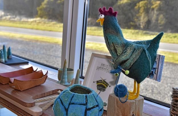 """10 lokale kunstnere har deres ting præsenteret i butikken som denne """"By-høne"""" i filt. Foto: Ole Iversen Ole Iversen"""