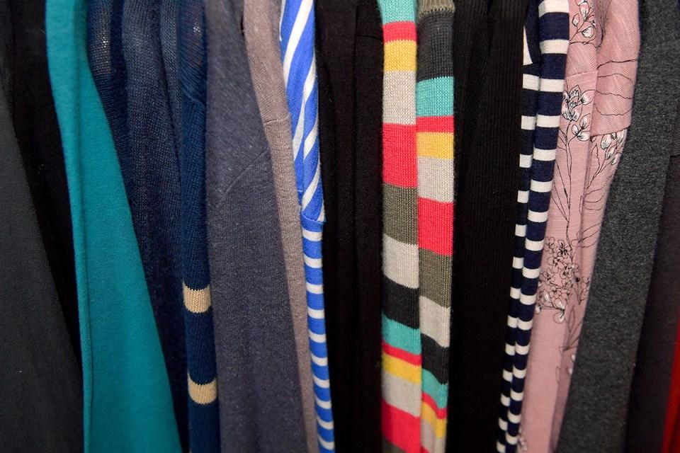 Trøjer og kjoler i lange baner.