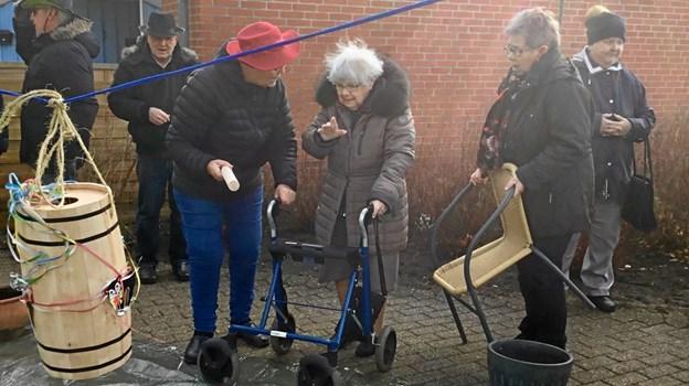 Alle de ældre, der havde lyst til at være med, fik chancen for at svinge køllen mod tønden, da Anna-Grethe Willumsen Larsen inviterede til fastelavnsfest på afdeling 9 på Parkvej. Privatfoto