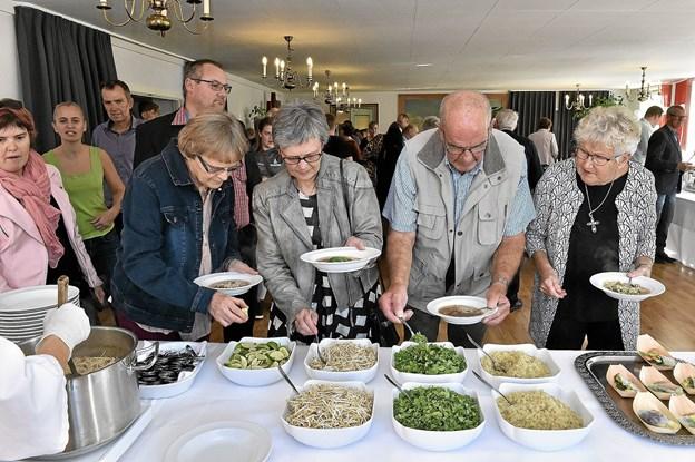 Man skulle selv komponere sin vietnamesiske suppes garniture, hvortil der blandt andet var hakket koriander og friske bønnespirer. Foto: Ole Iversen