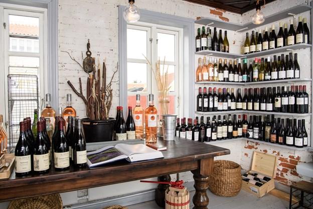 Planen er at holde åbent i den lille vinforretning hele året. Foto: Peter Broen. Peter Broen