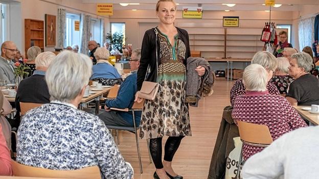 Karen Horsholt viste, at genbrugsbutikken også har selskabstøj til enhver lejlighed. Foto: Niels Helver Niels Helver