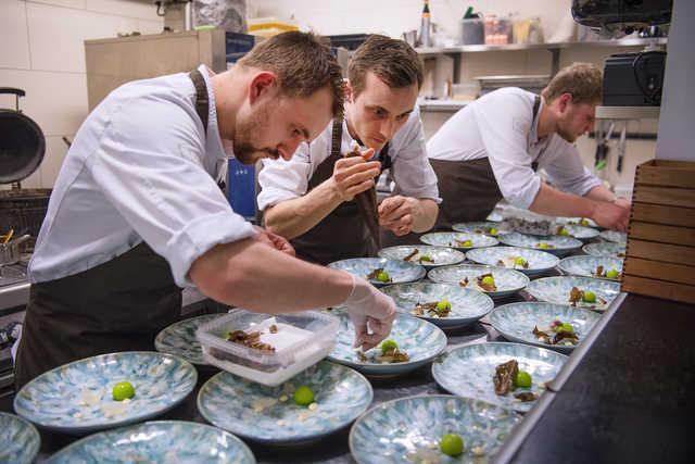 Her ses kokke fra Restaurant Tabu i aktion ved konkurrencen sidste år. Arkivfoto: Hans Ravn