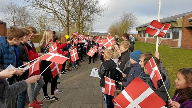 Den afholdte skoleleder på gennem den lange flagallé. Foto: Karl Erik Hansen Karl Erik Hansen