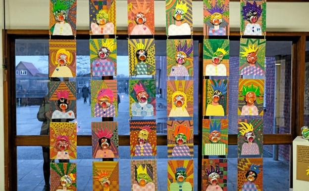 1.klasserne har arbejdet med genbrugskunst. Det er blevet til de flotteste kunstværker, som var udstillet i aulaen. Foto: Niels Helver Niels Helver