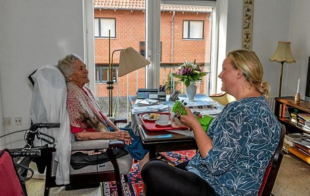 Karen på 98 synger sammen med Mette Egedal, på en sang hun mindes så tydeligt. Foto: Mogens Lynge