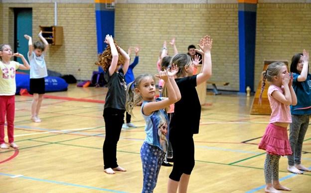 Inden Krudtuglerne begynder på de forskellige springøvelser, bliver de grundigt opvarmet af instruktørerne Diana Olesen og Michelle Rossel Nielsen. Foto: Niels Helver