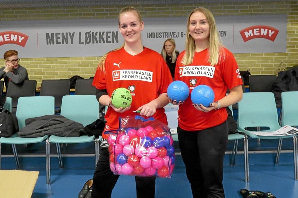 Sascha Sørensen og Emilie Jensen viser nye og blødere håndbolde og en stor pose troldebolde til de mindste. Foto: Kirsten Olsen Kirsten Olsen