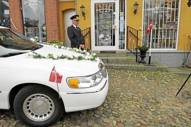 I weekenden blev der holdt bryllupsevent hos smykkedesigner Helga Winther på Torvet i Mariager. Allerede inden man nåede ind i butikken, kunne bryllupsklokkernes bimlen næsten høres for udenfor ventede en stilfuld chauffør ved en flot pyntet limousine.