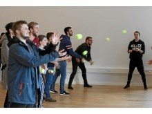 Samarebejde og koordination er vigtigt såvel med bolde som på en arbejdsplads. Foto: Martec