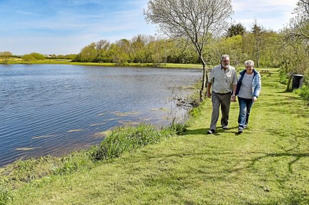 """Anni og Thorvald Thomassen kan nu nu tilbyde Thys største fiskeland i en helt ny """"indpakning"""" - med krystalklart vand. Foto: Ole Iversen"""