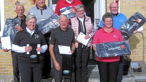 Præmietagerne i Hole in One-klubmatchen i Løgstør fotograferet efter en dejlig dag på golfbanen. Privatfoto