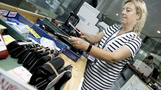 Dorthe Nørgaard i gang med det store sorteringsarbejde. Foto: Lars Pauli