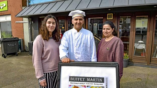 Det er en drøm for hele familien, at Morad Pashei kan åbne restaurant i Thisted - bakket op af datteren Mahdih (tv.) og ægtefællen Miryam. Foto: Ole Iversen Ole Iversen