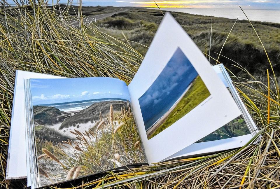 400 illustrationer og fortællinger i Natur på kanten - i og omkring National Park Thy. Oplaget af parrets tidligere bog blev udsolgt i 6000 ex. Foto: Ole Iversen Ole Iversen