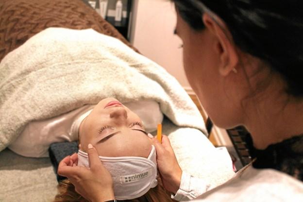 Sahar tilbyder blandt andet ansigtsbehandlinger, voksbehandlinger, farvning og pleje af bryn og vipper, permanent vippebuk, eyelash extensions, spraytan, massage, manicure og shellac til neglene.
