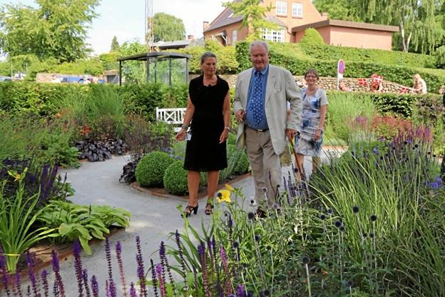 Prins Henrik på besøg i Haven i Hammel, som Jeanette Thysen tegnede til Hammel Neurocenter i 2014.Privatfotos