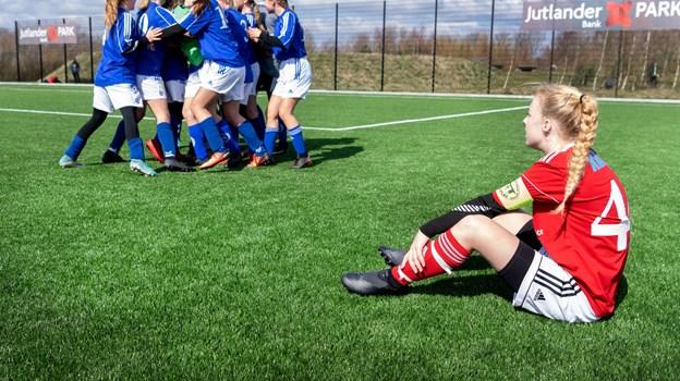 Mens Gråstens pigehold jublede, var skuffelsen stor hos pigerne fra Rosendalskolen, der havde glædet sig til at spille finale. Foto: Torben Hansen.