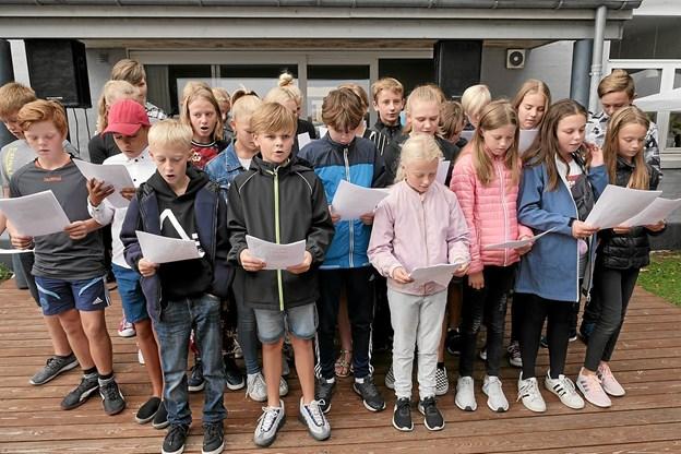 En af forklaringerne på at børnefamilierne vælger at flytte til Ålbæker, at der er både skole og dagsinstitution. Skolen skaber liv til arrangementer som familiedagen i sommer, hvor   Eleverne fra Ålbæk Skoles 6. og 7. klasse underholdt med sang. ArkivFoto: Peter Jørgensen