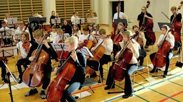 Omkring 80 unge fra otte forskellige kommuner var samlet til ungdomssymfoniorkesterstævne i Støvring. Privatfoto