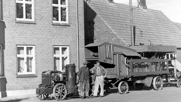 Her ses Anker Pedersen, Storup Tærskemaskiner foran Strømpehuset på et af Mette Pedersens billeder. Man    kan se hendes egne notater øverst på fotografiet.