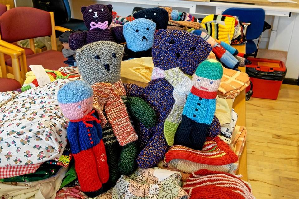 Det vækker stor glæde hos børnene, når de får en bamse strikket af genbrugsgarn. Bamserne gives til børn af indsatte i danske fængsler og til børn, der skal vaccineres. Foto: Niels Helver