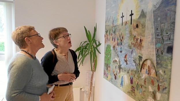 Lene Gabel Nielsen (tv) drøfter detaljer i motiv og arbejdsproces med Annie Andersen. Foto: Ejgil Bodilsen