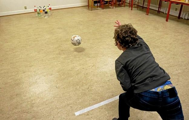 Der var også bowling med genbrugsflasker som kegler. ?Foto: Niels Helver Niels Helver