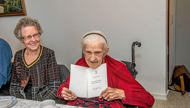 Fødselaren fremviser stolt telegrammet fra Dronning Margrethe. Ved siden af ses fødselarens svigerinde på 88 år. Foto: Mogens Lynge
