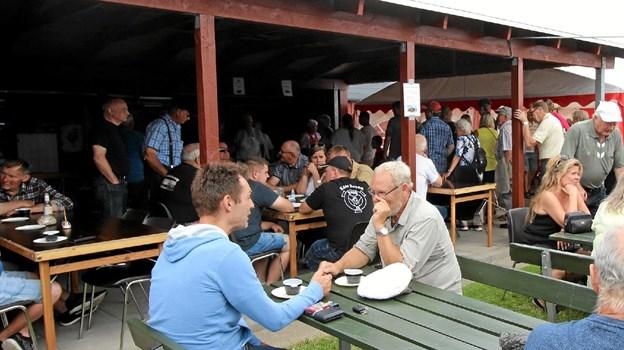 Man kan ikke besøge havnen uden at smage på Lindys berømte jødekager. Der var stor trængsel hele dagen. Foto: Jørgen Ingvardsen Jørgen Ingvardsen