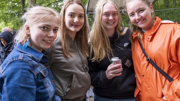 Laura Hjortshøj, Andrea Wehner, Benedicte Holst og Caroline Pedersen har taget turen fra Aarhus for at høre Maroon 5. Foto: Lasse Sand