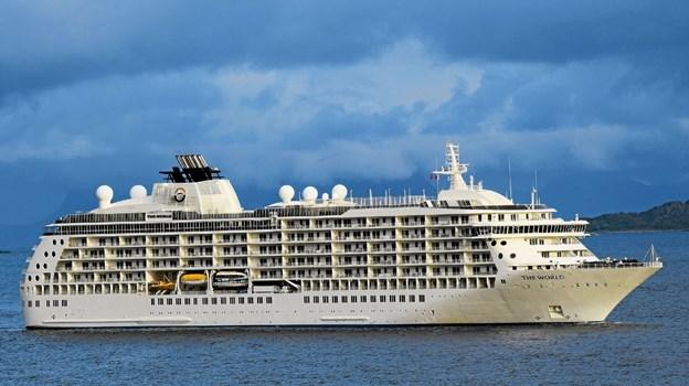 Det 196 meter The World med store eksklusive lejligheder ombord, ankommer til Hanstholm i 2021. Foto Frode Adolfsen