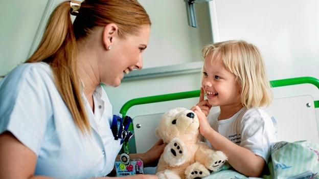 For børn betyder det meget, at de kan give bamsen et kram og fortælle den, hvis de er kede af det. Modelfoto