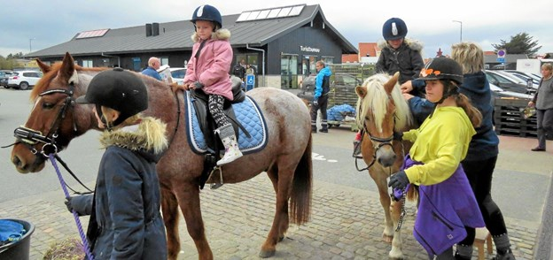 Frivillige fra rideklubben stillede op til pony trækketure ved SuperBrugsen i efterårsferien. Arkivfoto