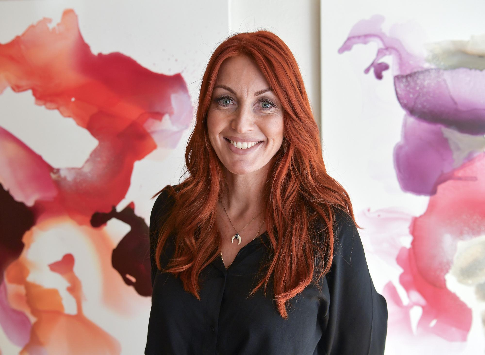 Charlotte Zaza er selvlært kunstner og har i flere år malet for sjov. Nu bliver sjov til alvor, når hun åbner Galleri Zaza i Vestergade. Foto: Michael Koch