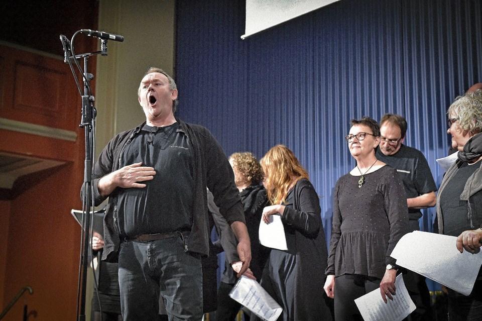 Teutoner-koret var et af dekor der var på scenen til kormaraton. Her er det John Pedersen i forgrunden i korets fremførelse Bissekræmmeren på kro fra en af forestillingerne fra Teutonernes Rejse. Foto: Ole Iversen