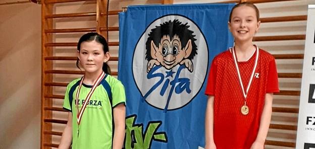 Aya Deela Karreby (tv) fik en sølvmedalje i damesingle i rækken U13 D ved et åbent stævne i Tylstrup. Privatfoto Privatfoto