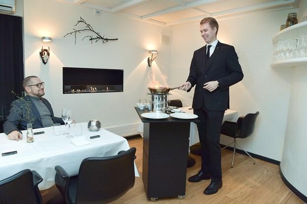 Restaurantchef på Bryghuset Vendia, Michael Rønne Sørensen, sætter fut i oplevelsen - her i bryghusets gourmet-afdeling i selskab med direktør Kristian Rise.Foto: Bente Poder