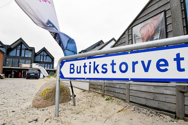 Det nye skilt skulle gerne vise endnu flere kunder og turister ned til butikkerne i Havstokken. Foto: Ole Iversen
