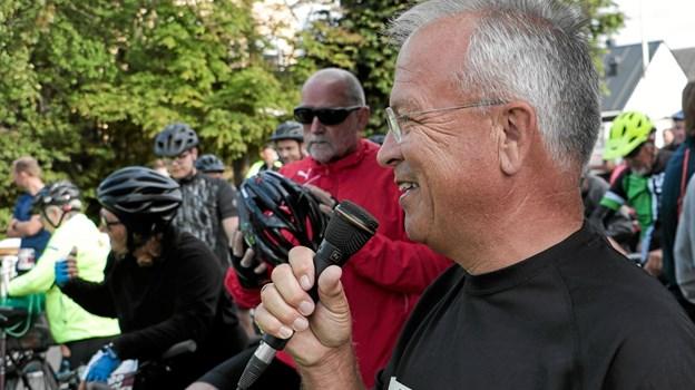 Peter E. Nielsen bød velkommen til de mange deltagere og ønskede alle en rigtig god tur, inden han selv strammede løbeskoene og begav sig ud på 5 km. ruten. Foto: Peter Jørgensen Peter Jørgensen